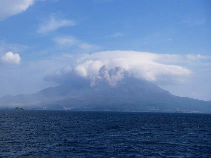s-20090905錦江湾へ、桜島をのぞむ.jpg
